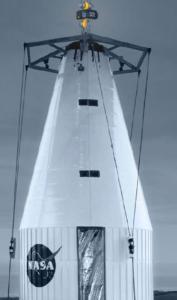 Operações de movimentação de componentes de foguete na NASA